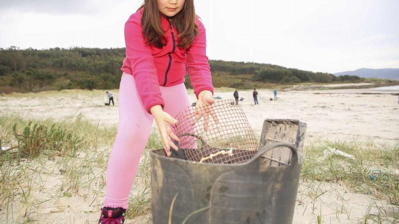 .Jornada de limpieza en las playas de A Ermida, Osmo y A Arnela, con la asociación de vecinos