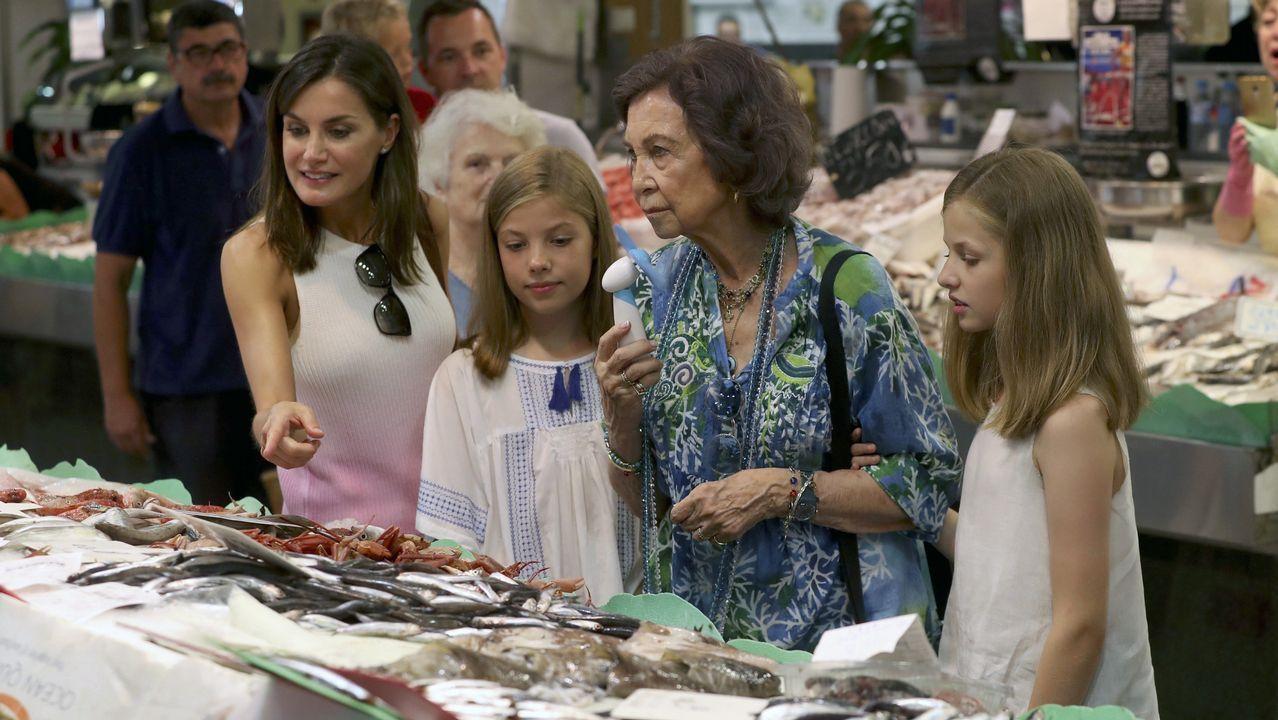 Todas las imágenes de la visita sorpresa a un mercado de Palma de las reinas, la princesa Leonor y la infanta Sofía