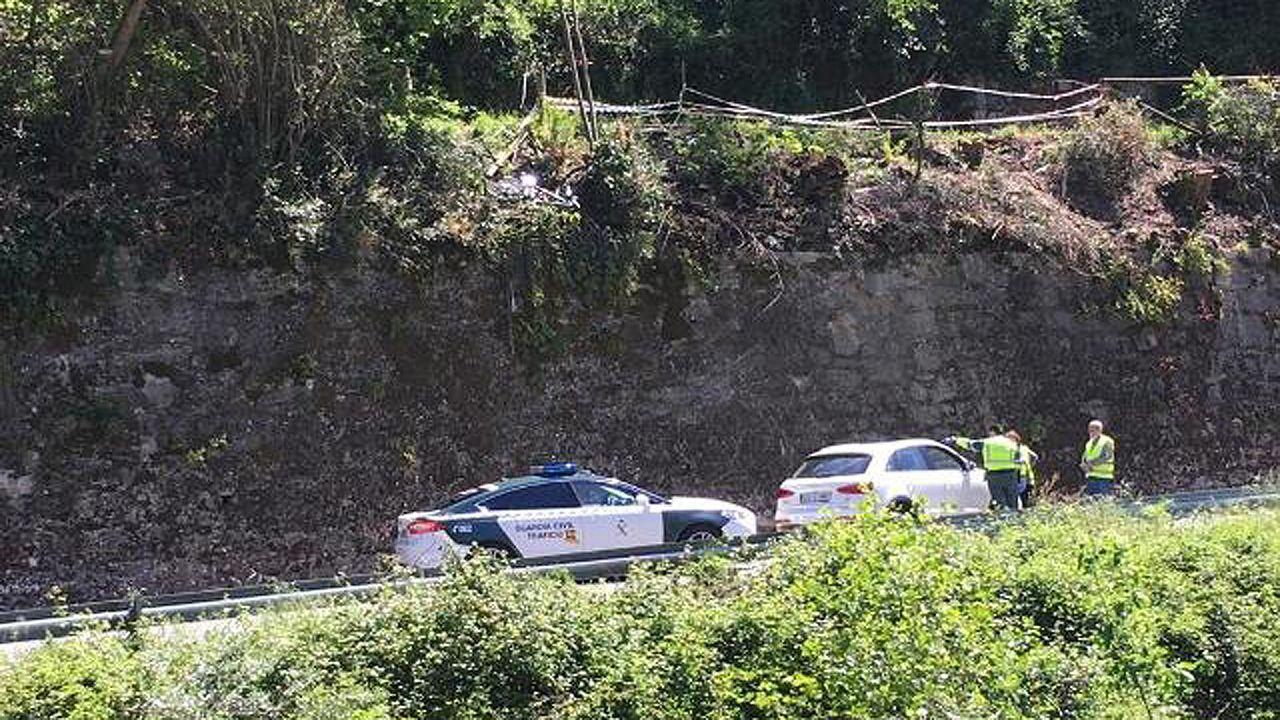 Lugar en el que cedió la barandilla de la Senda del Oso y el ciclista fallecido cayó sobre la carretera