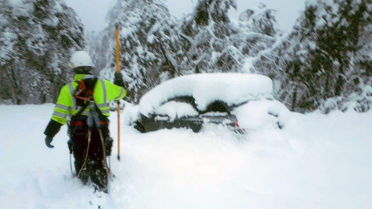 Técnicos de EDP tratan de arreglar una avería eléctrica en medio de una gran cantidad de nieve