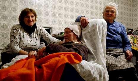 Hilda Blanco con su marido y su hija en su casa de Coles. <span lang= es-es >Fotos</span>