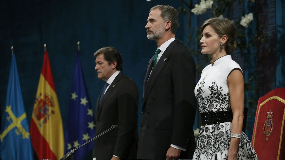 La princesa de Asturias cumple 12 años.Los reyes Felipe y Letizia junto al jefe del Ejecutivo asturiano, Javier Fernández (i), al inicio de la ceremonia de entrega de los premios Princesa de Asturias 2017
