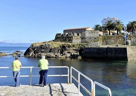 .El castillo de San Carlos de Fisterra aparece en una de las visiones ofrecidas desde la revista.