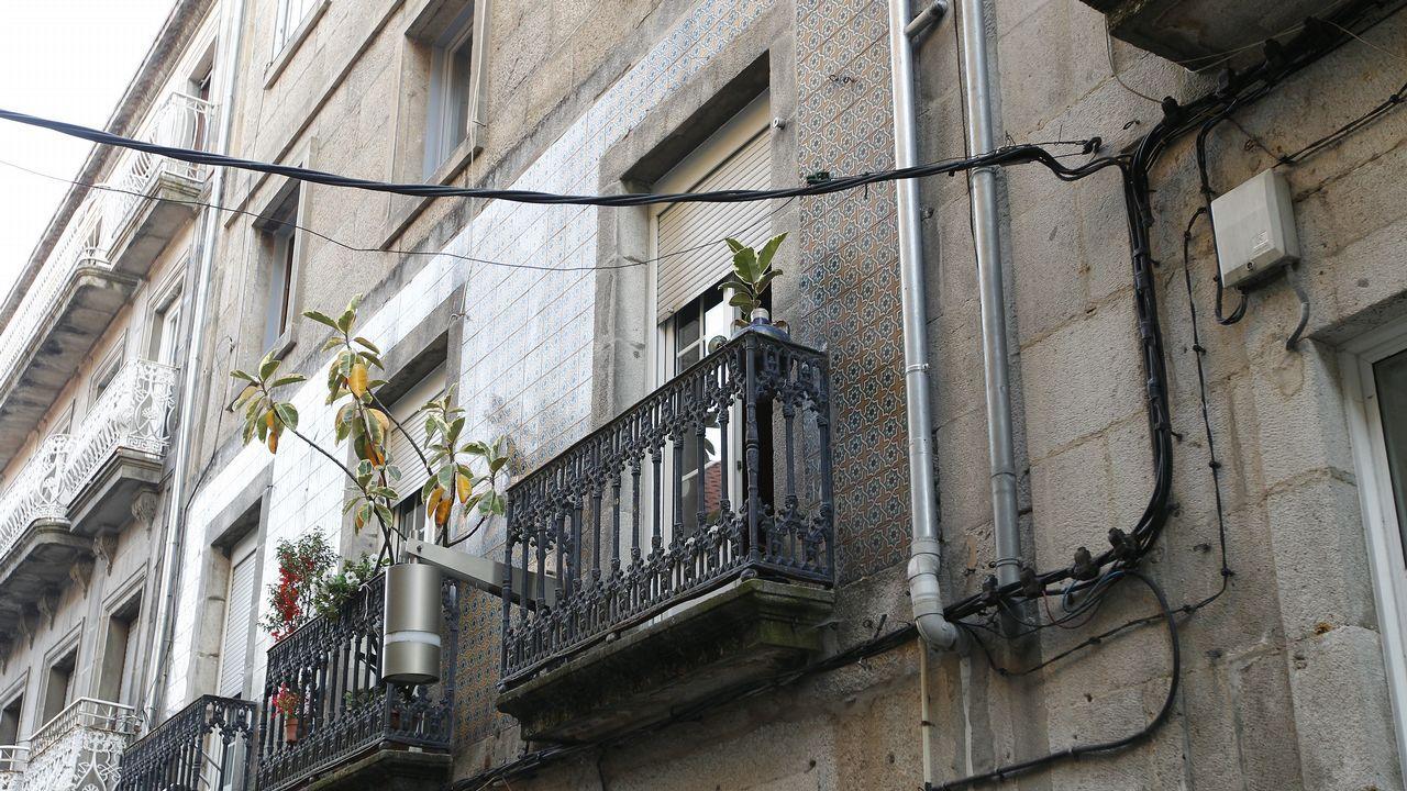 El cableado visible arruina la estética del barrio histórico de Vigo.Fernando Alonso, firmando autógrafos en su última carrera en Suzuka