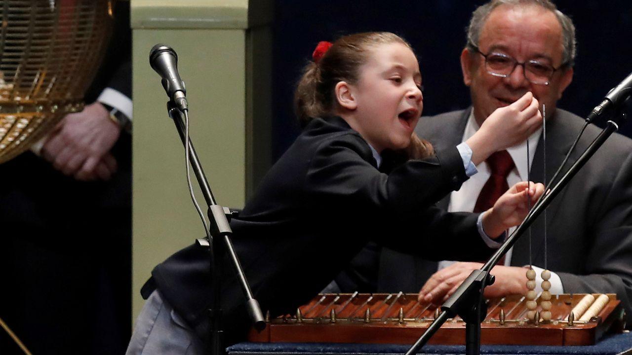 Ha llamado la atención su forma de cantar y de apoyarse sobre la tabla.