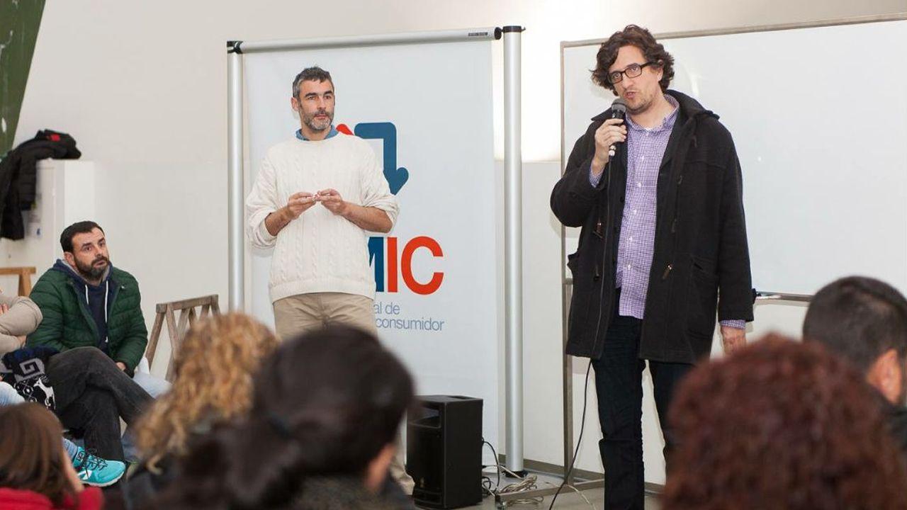 .EL VENDEDOR Y EL COMPRADOR. El firmante del manifiesto de la Marea que vendió dos inmuebles al Concello de A Coruña, Toni Lodeiro (de jersey blanco), con el concejal que rubricó la adquisición, Alberto Lema, en unas jornadas sobre comercio local y consumo responsable