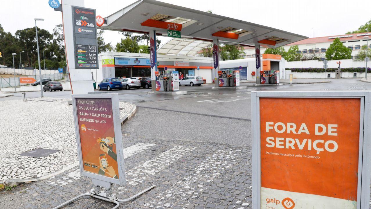 Garrafas con el carburante que tuvieron que adquirir para evitar quedarse tirados en Portugal. Precio por 15 litros y el contenedor: 56 euros