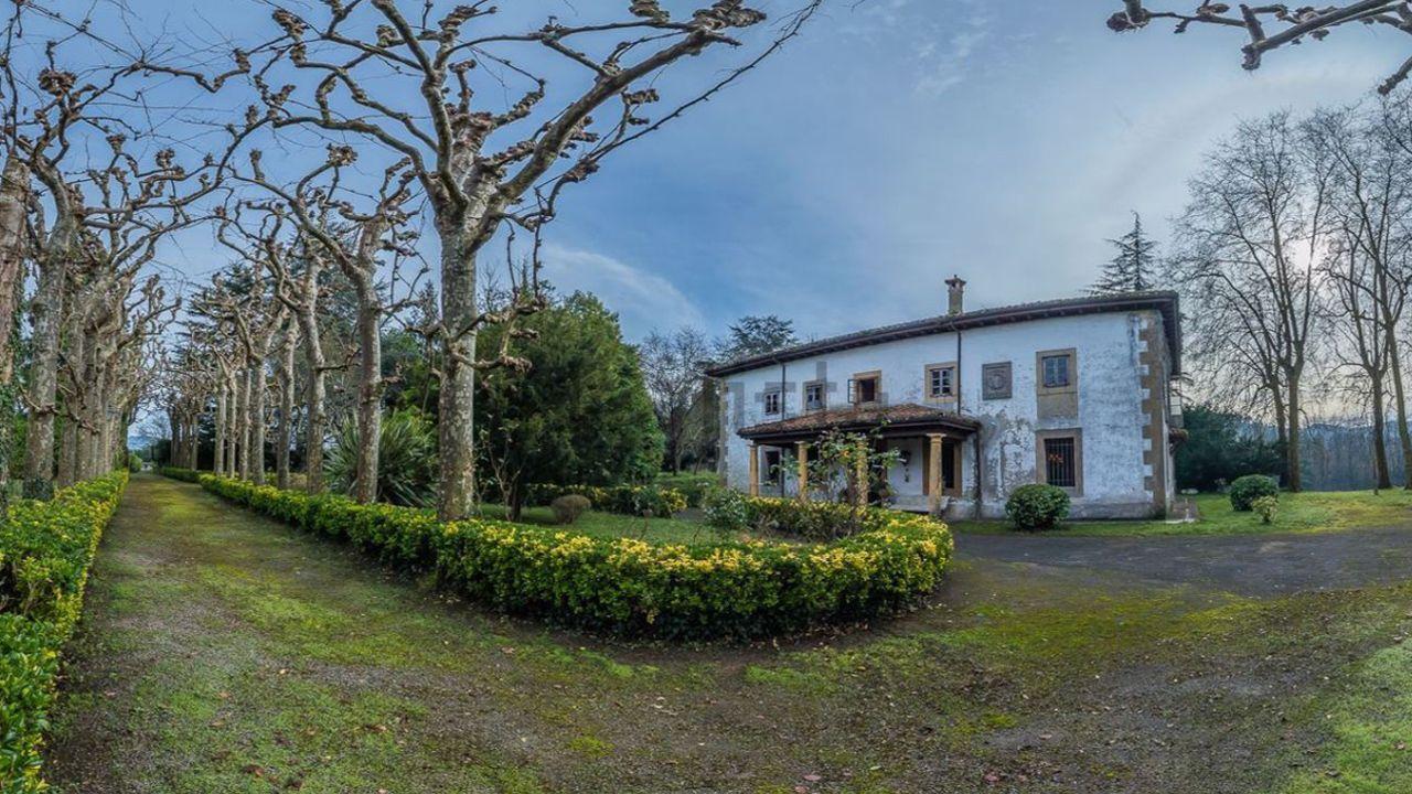 Vista de la entrada de la casa en San Cucao (Llanera) que vende la familia Franco por cinco millones de euros