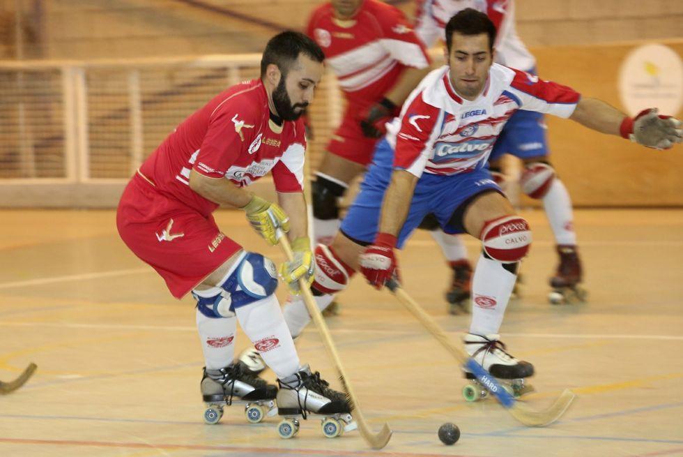 .Manu, de blanco y rojo, marcó cuatro de los 7 goles al Liceo.